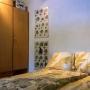 slaapkamer met tweepersoonsbed en grote kast