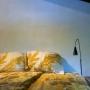 de slaapkamer heeft aan twee zijden ramen. Als je wakker wordt kijk je zo in het groen.
