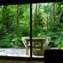 uitzicht op het terras door de schuifdeuren